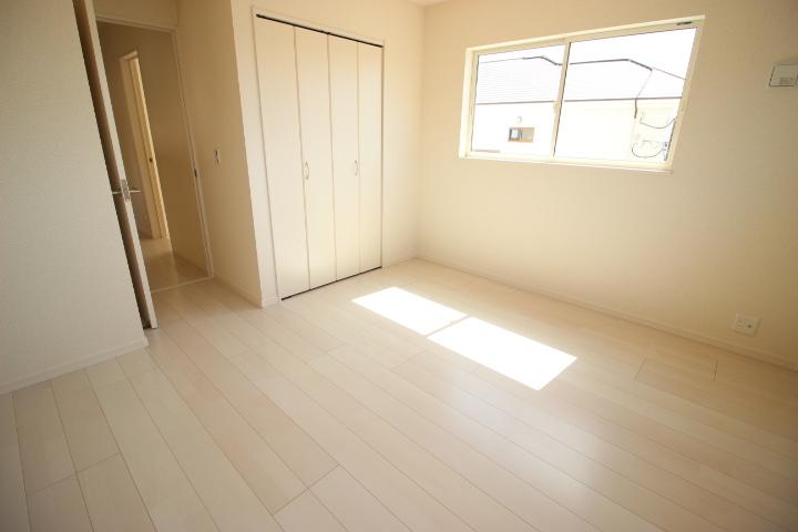 2階 7帖洋室 クローゼットが備わった使勝手の良い居室です