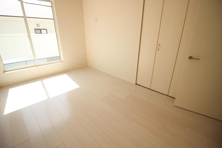 2階 6.75帖洋室 陽光が差し込む 明るい居室です ルーフバルコニーに出入りが可能です