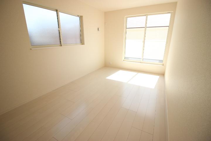 2階 8.25帖洋室 ルーフバルコニーに面しており 明るく開放感のある居室です