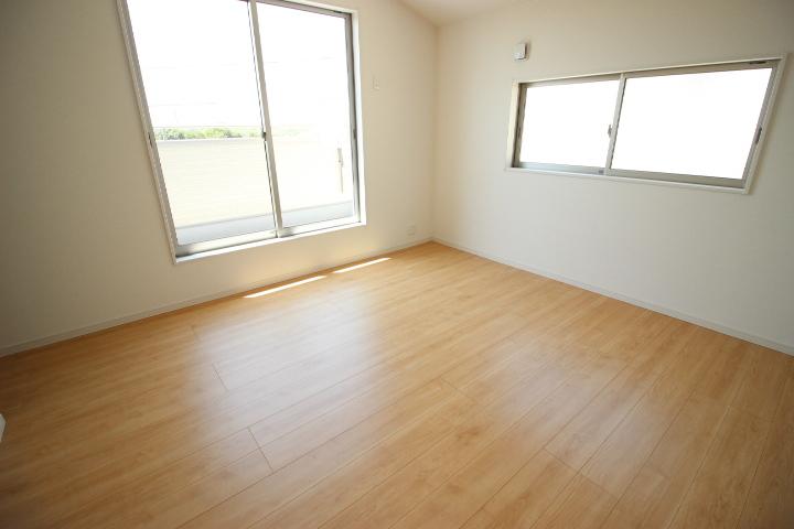 2階 8帖洋室 バルコニーに出入りができる居室です 明るく開放感があります 季節物の衣類もスッキリ収納できるウォークインクロゼットつき