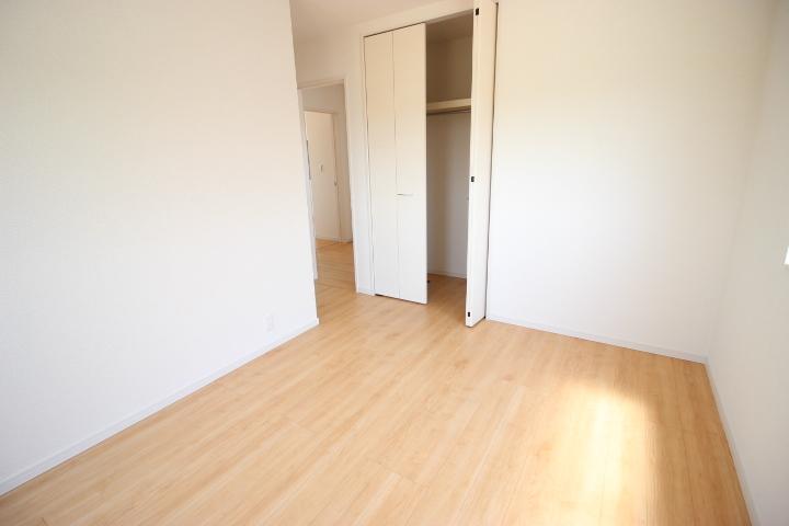 2階 5.3帖洋室 日差しをたっぷり取り込める居室です 子供部屋としての利用はもちろん書斎や趣味のお部屋にも対応できますね