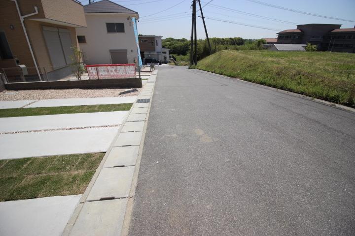 駐車が苦手なママにも嬉しい前面5.5m道路に面した住まい