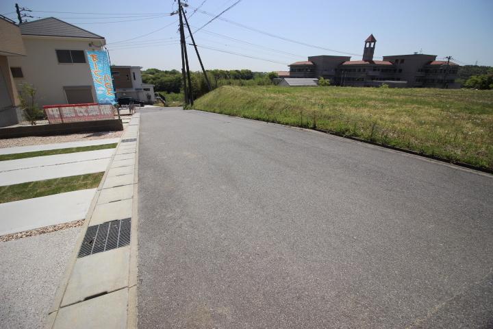 北東側 公道 約6m 南西側 公道 約5.5m 両面道路につき陽当たり良好