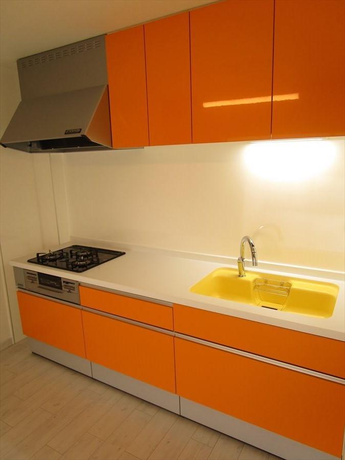 暖かみを感じるオレンジ色のキッチン♪収納も充実しているので、片付けも楽々です。スッキリお使いいただけます!
