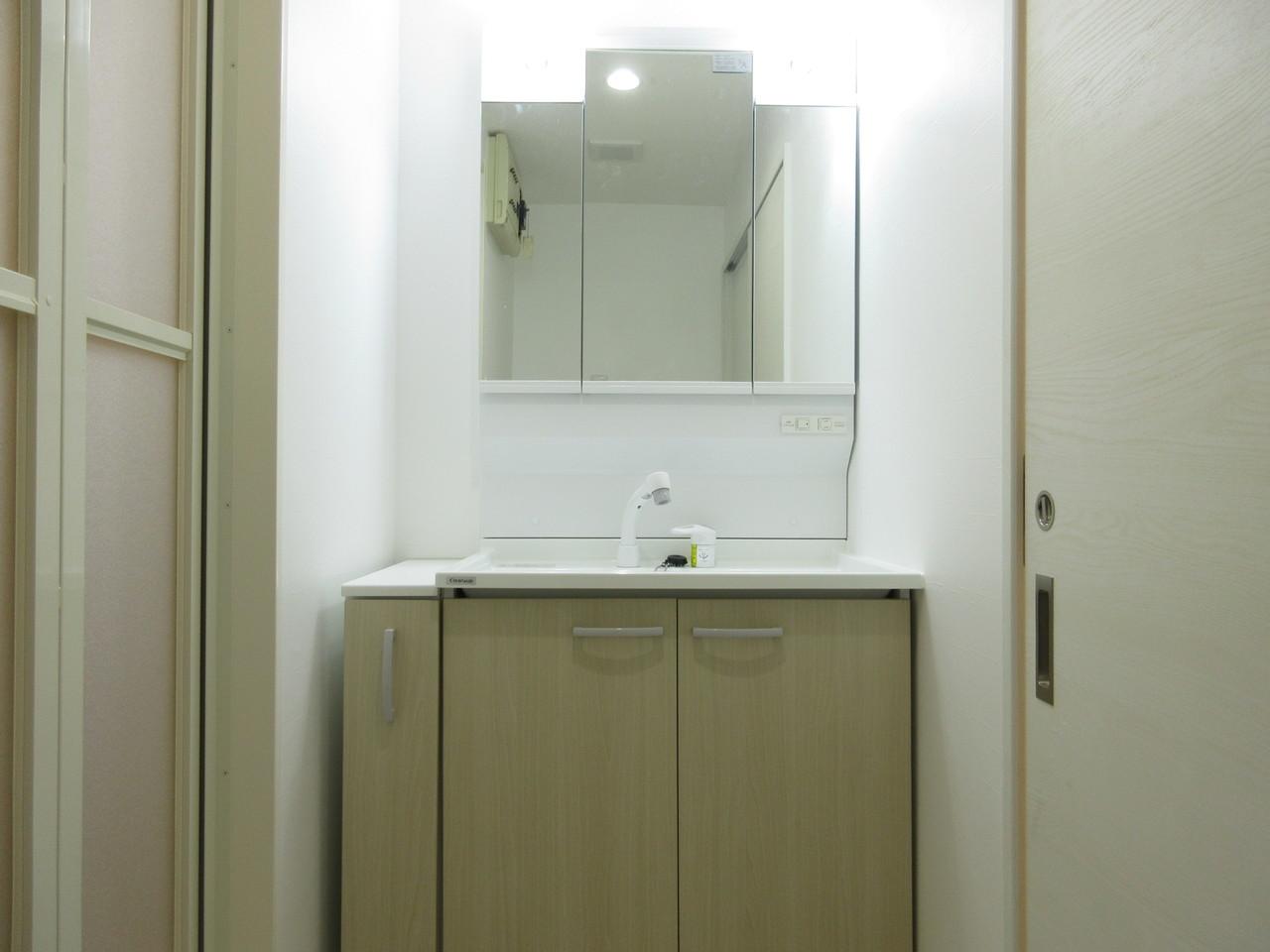 隙間も有効活用!収納スペースたっぷりな洗面台です◎鏡は三面鏡で見えにくい後ろ側にもとっても便利!