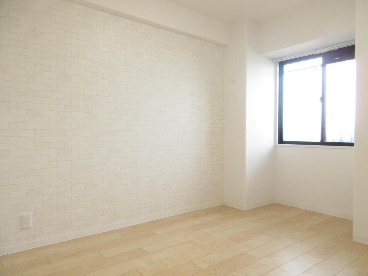 東側とはまた違った雰囲気の西側洋室はホワイトレンガ風♪明るいお部屋で気分も明るくなります(^^)