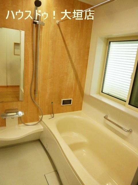浴室テレビ付き。ゆっくり湯船につかれます。