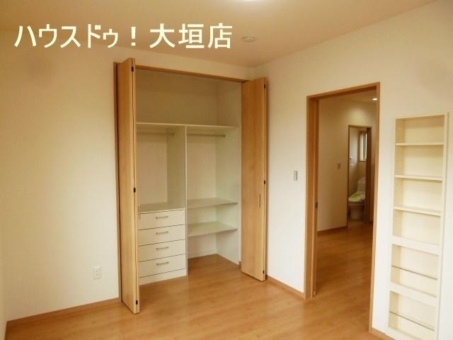 空間を無駄なく有効活用できる造り付けの棚。