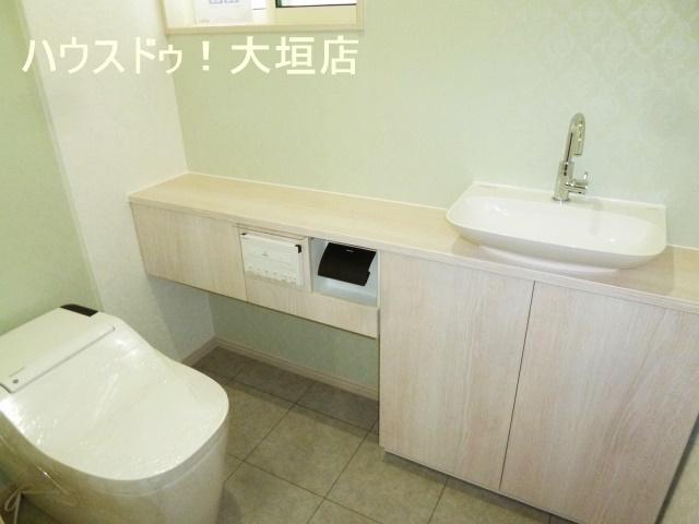 清潔感のある手洗い、収納付きトイレ。
