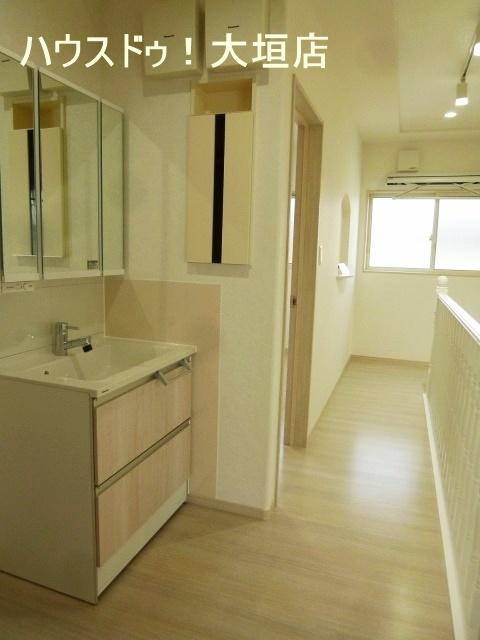 2階にも洗面台が設置してあり、朝の混雑時など大活躍。