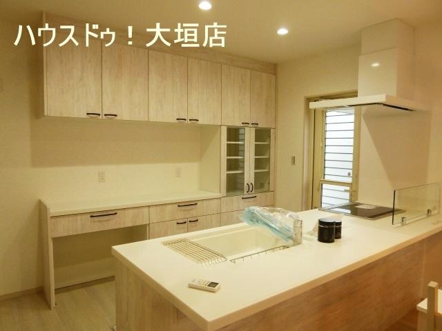大容量のキッチン収納。隠す収納で生活感を出しません。