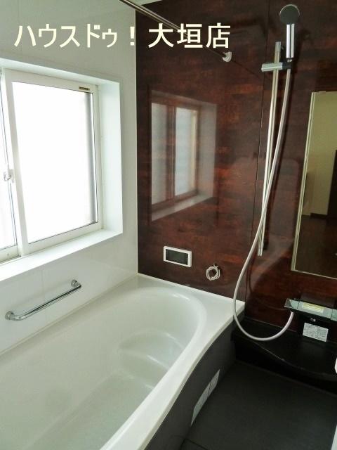 バスルームは浴室乾燥機付き!! 雨の日のお洗濯物にも重宝します♪