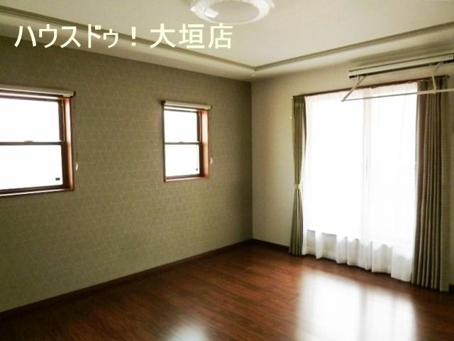 主寝室は約10帖。シックな雰囲気で落ち着いてお部屋です。