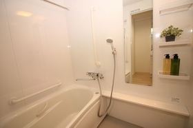 浴室内には手すりが付いているので、ご年配の方も安心してお風呂に入れます☆