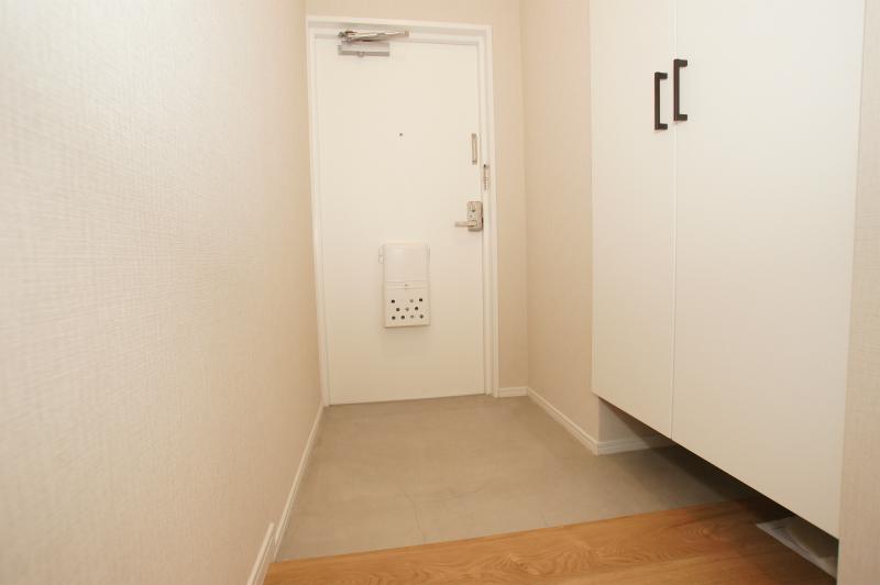 玄関 扉付の下足入があります。 室内から撮影