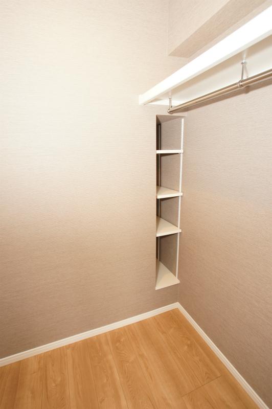 ウォークインクローゼット内 小物の収納棚もあり便利です。