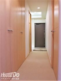 ■■■   内覧予約受付中   ■■■ 【廊下】廊下はマンションとしてはゆったり設計でリッチな印象。大型の収納が並んで配置されています。※床はフローリング。