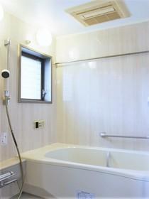 ■■■   内覧予約受付中   ■■■ 【浴室】窓付きの大型1618サイズでゆったり快適。浴室暖房乾燥機「カワック」採用。タイマー自動湯はり(循環式)呼出し機能付き。