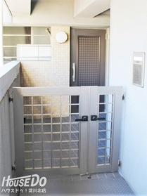 ■■■   内覧予約受付中   ■■■ 【門扉~専用ポーチ】戸別専用門扉付きでプライバシーを確保。マンションなのに戸建て感覚を実現。