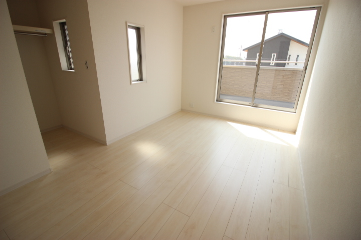 2階 6.75帖洋室 ウォークインクローゼットが備わって バルコニーに出入りが可能な居室です