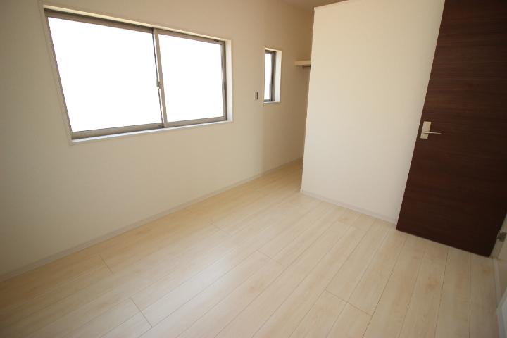 2階 5.25帖洋室 ウォークインクローゼットが備わっているので居室を広々使えます