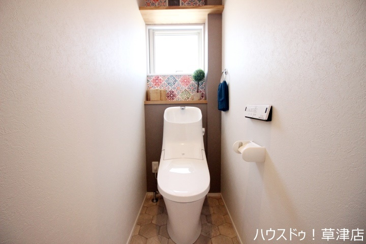 いつも綺麗に清潔にウォシュレット付きのトイレです!もちろん窓も付いてるので空気の入れ替えも楽にできます♪