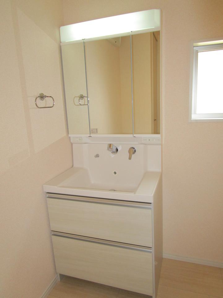 ワイドな鏡を備え、小物収納もたっぷりの洗面化粧台