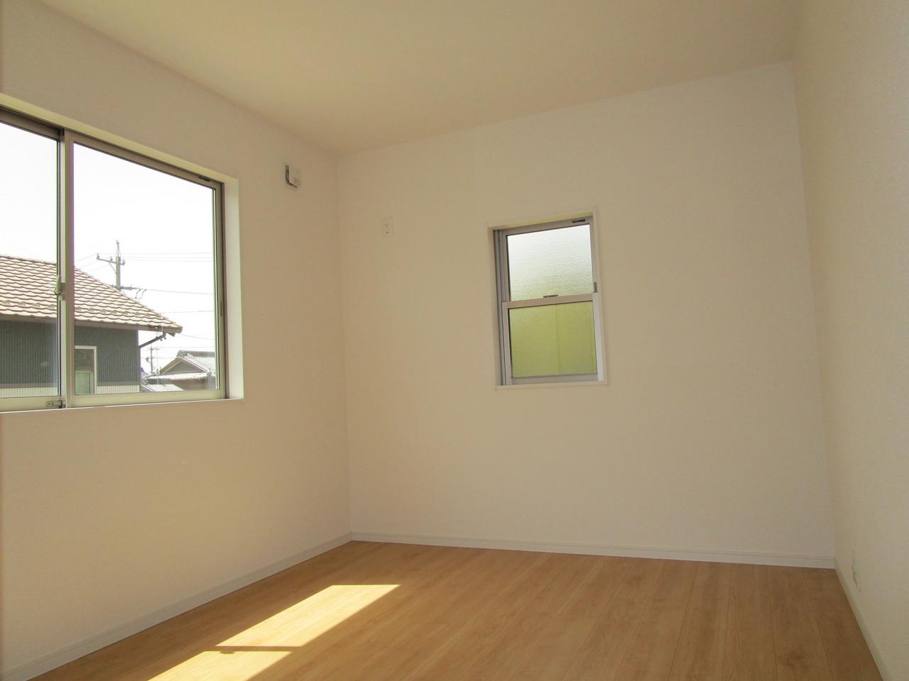 【同社施工例】バルコニーに面した明るい洋室