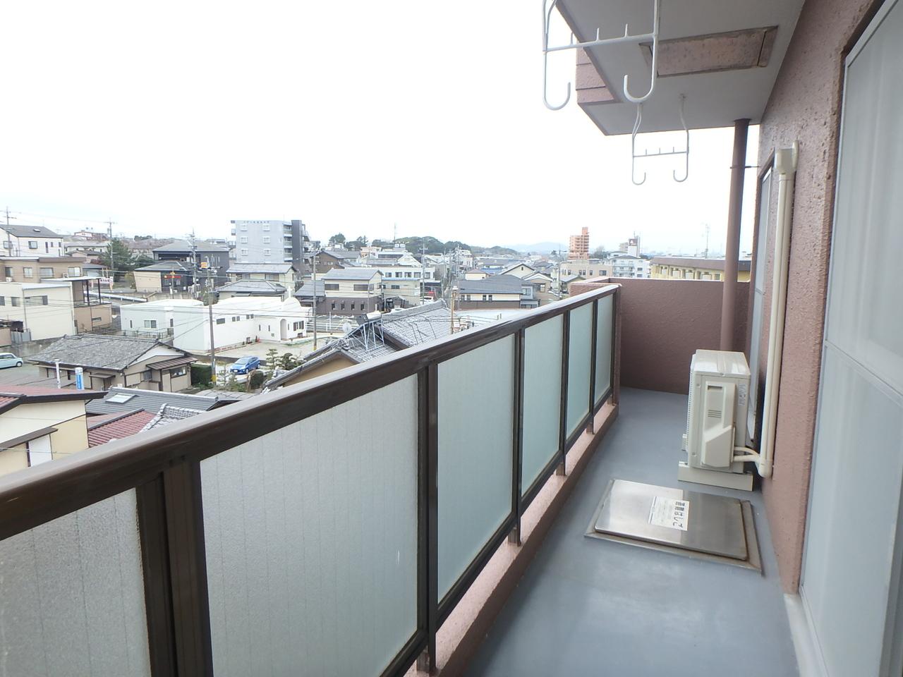 広々南向きバルコニーで洗濯物もらくらく。5階なので眺望も良好◎