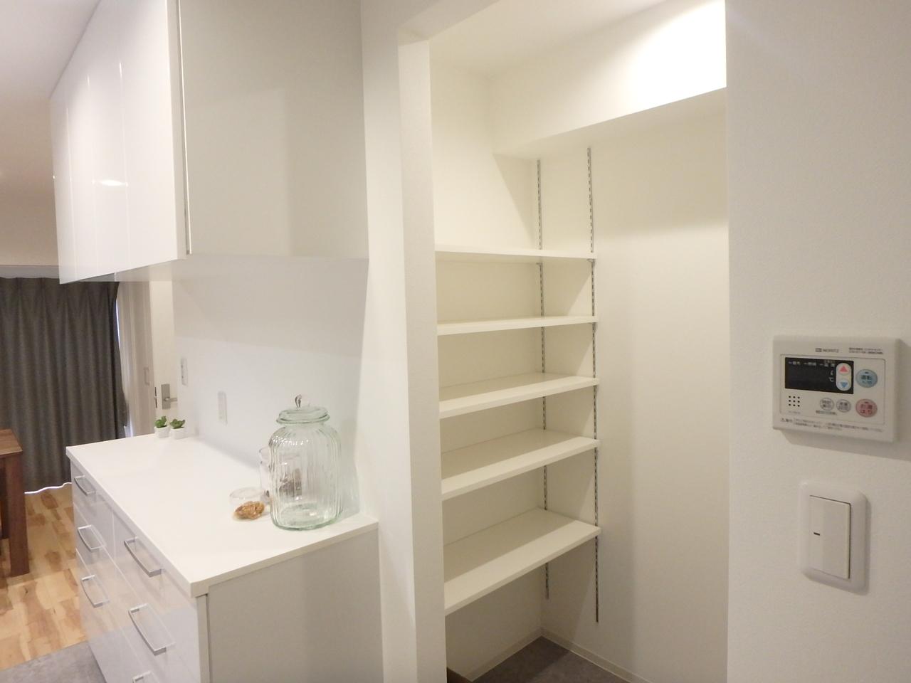 キッチンの背面にはカップボードと、オープンのパントリーが広々と。収納らくらく!