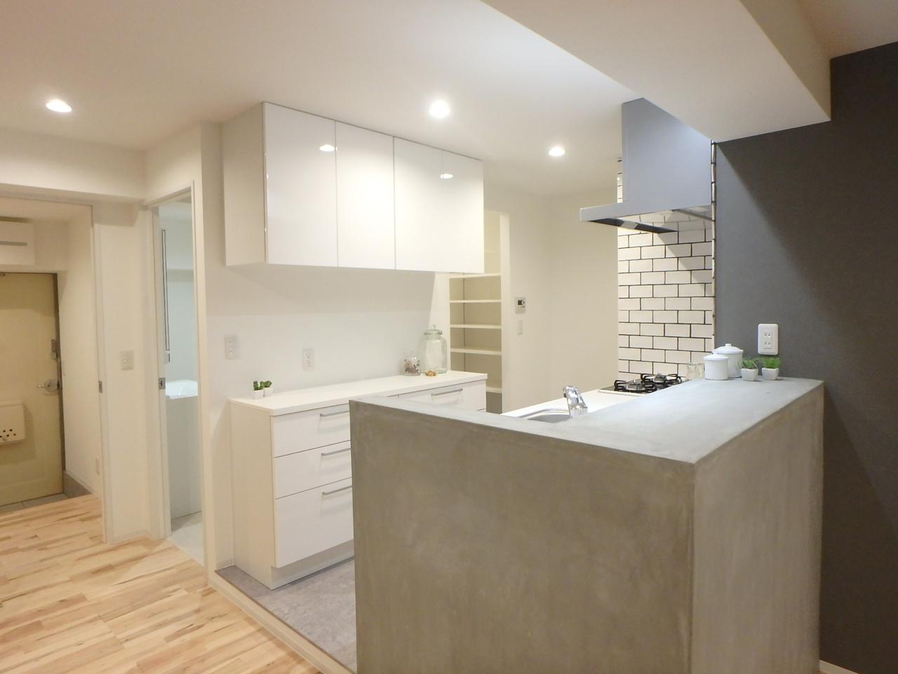 キッチン全体。壁面タイルとモルタルカウンターがお部屋のアクセント。生活感を抑えます◎