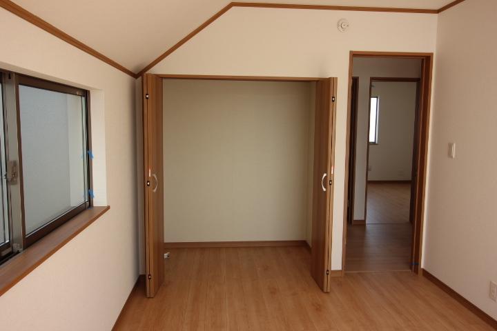 北側5.25帖の洋室。