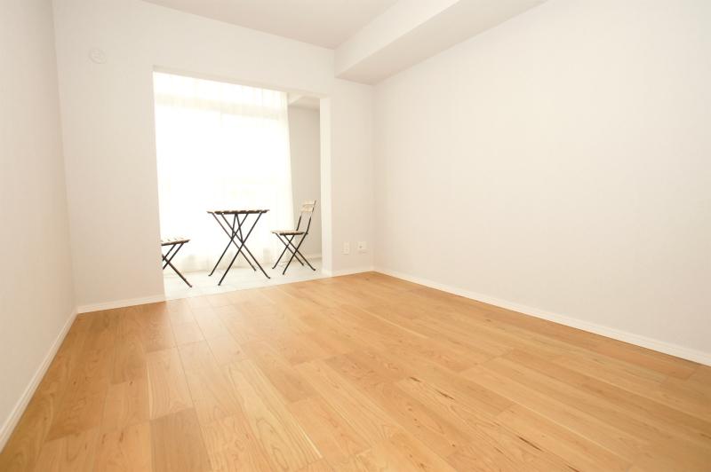 洋室(8.8帖) サンルームがあり、やさしい光が差し込みます。