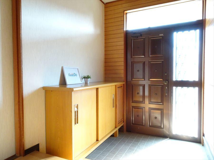 明るく広い南玄関。靴収納設置されており、インテリア小物などを飾っていただけます。