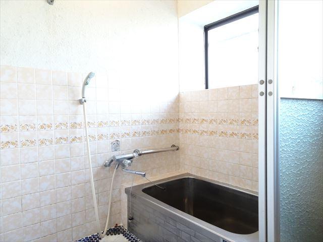 タイルが貼られた浴室。窓があるので明るく換気にも良いですね。