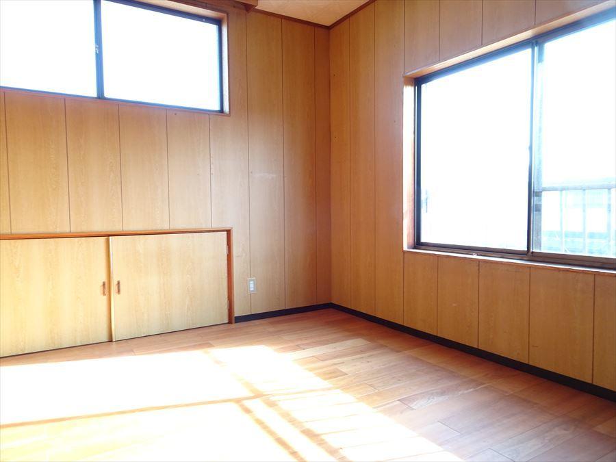 2階東側の洋室。写真左下の扉の奥は1階部分の屋根裏になっています。