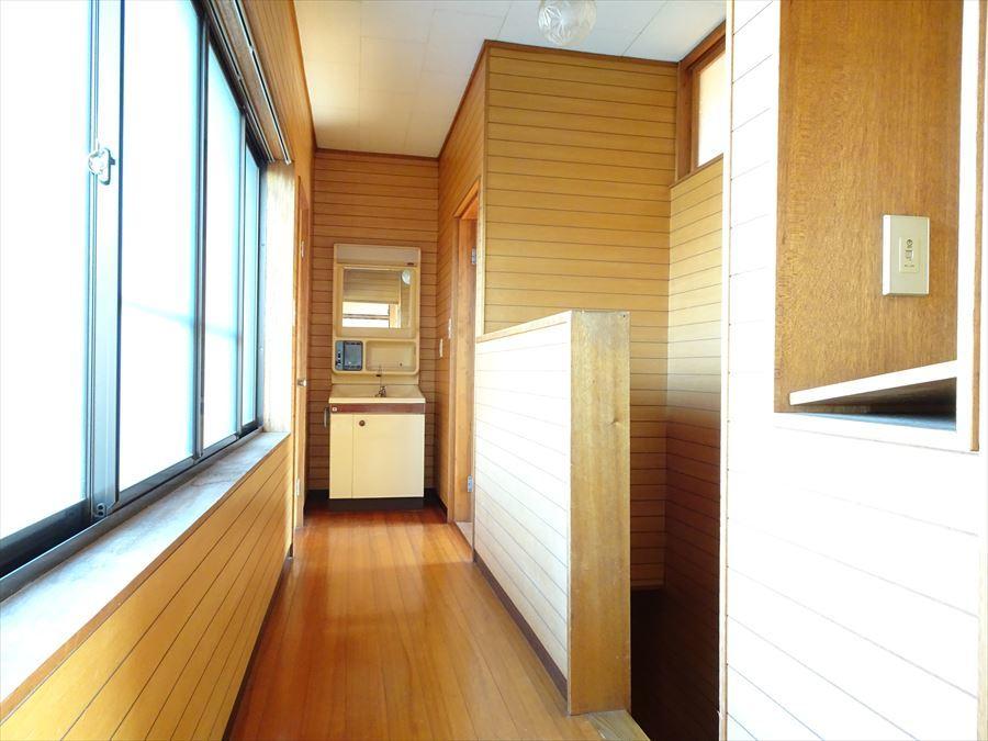 2階廊下。奥には、洗面台、トイレがあるので朝の忙しい時間帯でも安心です。