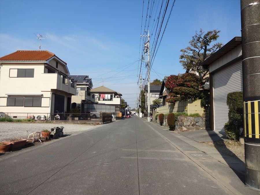 大通りから中に入った閑静な住宅街に立地しています。