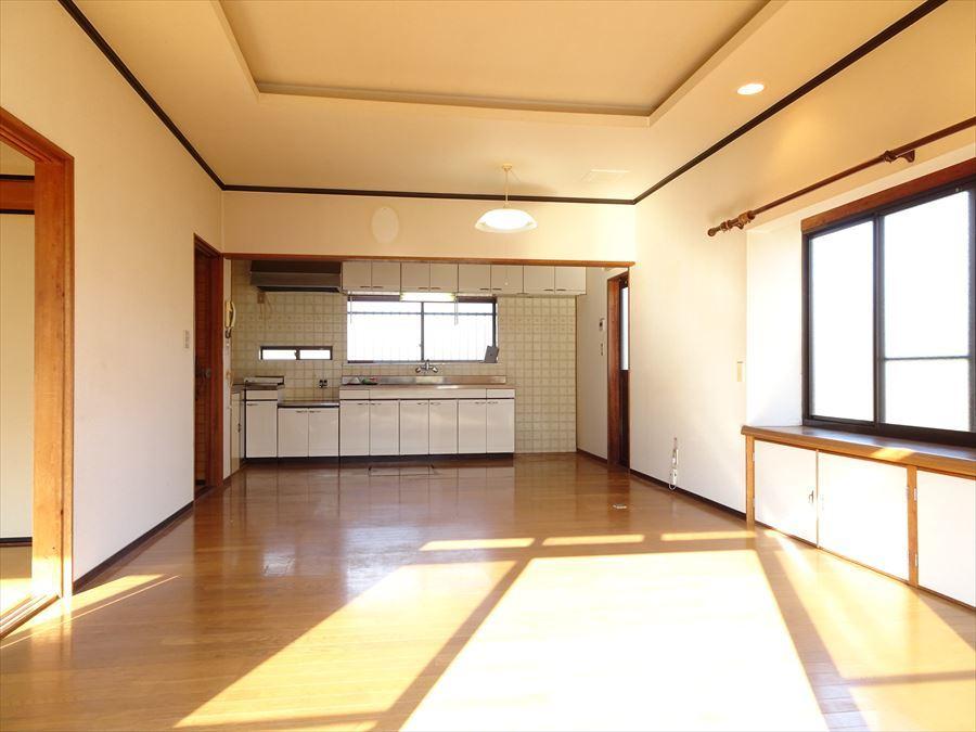 明るく広いLDK。思い思いに家具を配置できます。 出窓の上にはダウンライトがついていますよ☆
