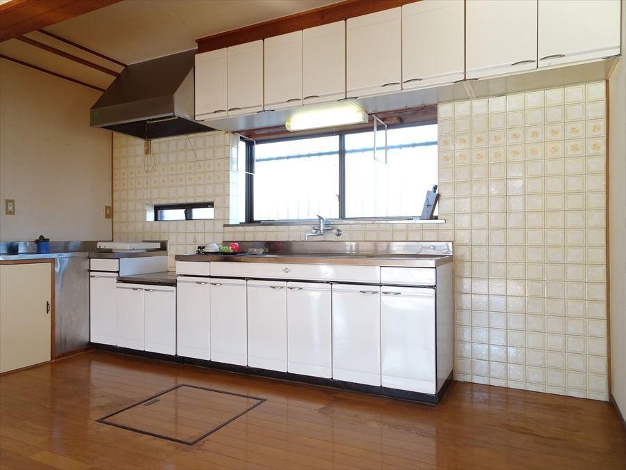 吊戸棚のあるキッチン。換気扇もきれいにお使いです。