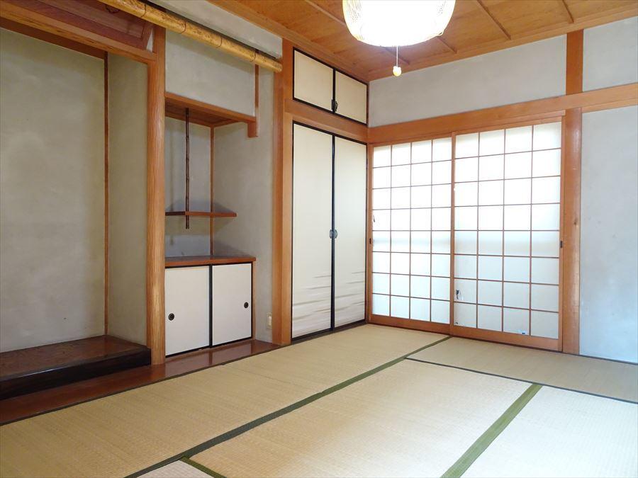 1階西側の和室は、床の間のある本格的な和室。北側に窓があるので、明るいです。
