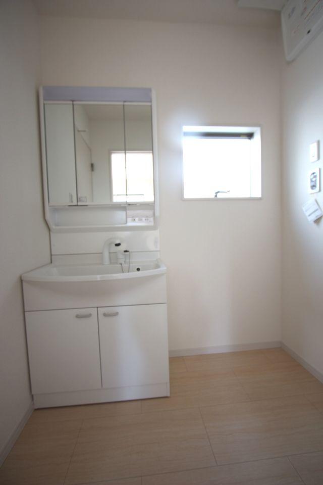 リビングに続く和室は大変開放的です。 2面採光で明るさも確保しております。 押入れ付きで寝室や客間として大変便利にご利用頂けます。 (同社施工例)