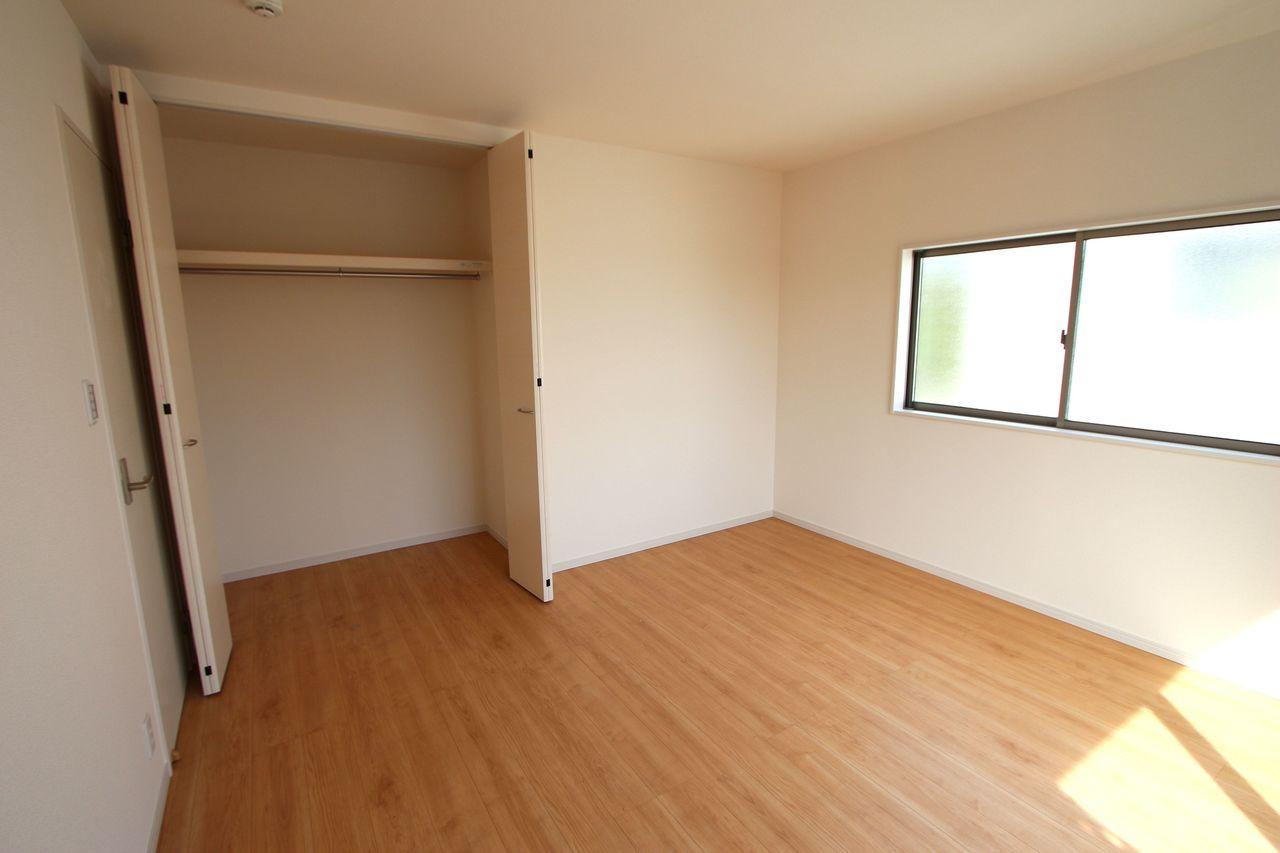 和室と合わせて22.5帖の大きな空間です。 お客様が大勢いらしても、ゆったりおくつろぎ頂けます (同社施工例)