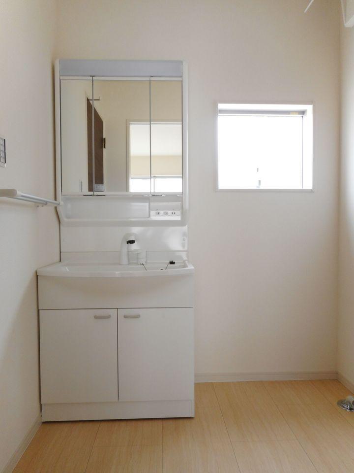 大型の洗濯機も無理なく設置できる広さを確保。 洗面台は便利なシャワー付きです。 リビングから直接出入りできる便利な間取りです (同社施工例)