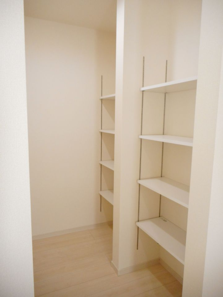 キッチン奥にも大容量の収納を配置しました。 食品や日用品のストック等に役立ちます。 (同社施工例)
