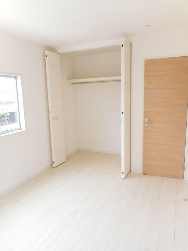 シューズボックス前に、可動式の棚を設置。 お好きなレイアウトでご利用下さい。 ベビーカーの定位置にぴったりですね。 (同社施工例)