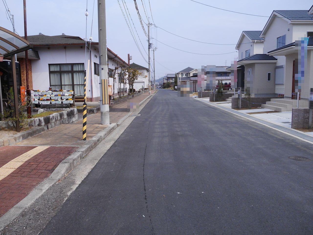 前面道路は約8.6m幅に整備されております。 大型車でも出し入れ楽々♪ 並列で駐車2台可能です (2018年2月撮影)
