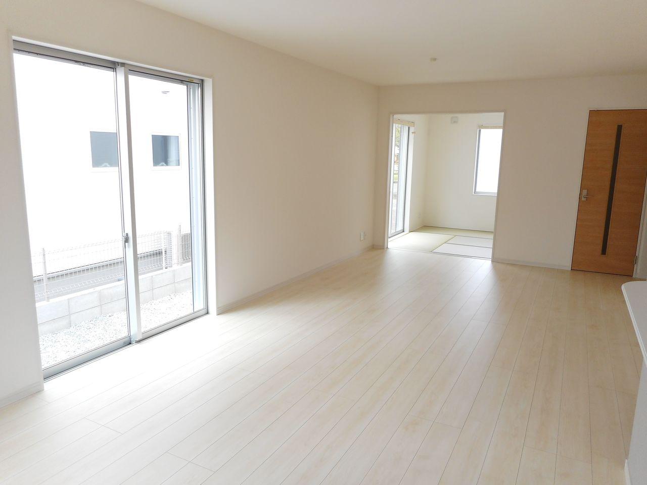 南向きの明るいリビングは和室と 合わせて24.5帖の大きな空間です。 (同社施工例)