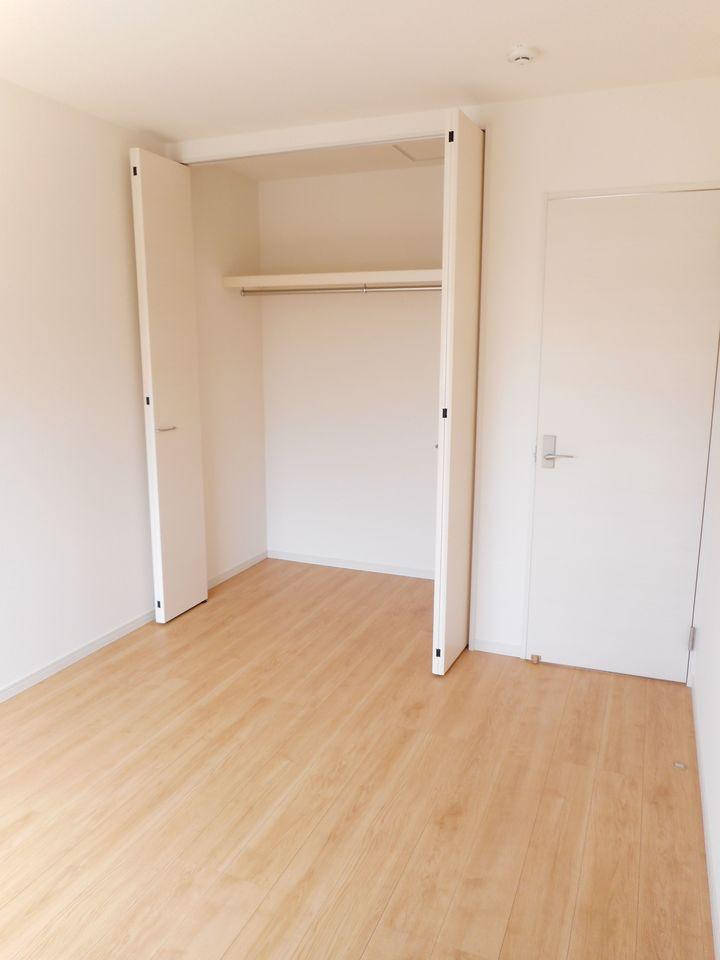 玄関には大容量のシューズボックスを設置しました。 40足程入りますので、散らかりがちな場所の整理に大活躍です (同社施工例)