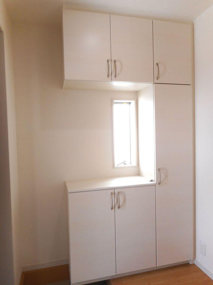 大型の洗濯機も無理なく設置できる広さを確保。 洗面台は便利なシャワー付きです。 キッチンから直接出入りできる便利な間取りです (同社施工例)